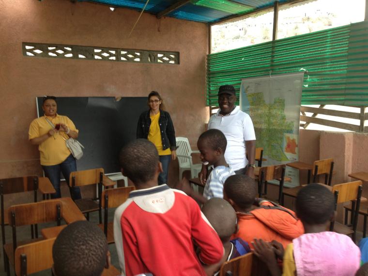 Oferta de 19 carteiras ao Centro de Alfabetizacao no Morro da Radio - Lobito