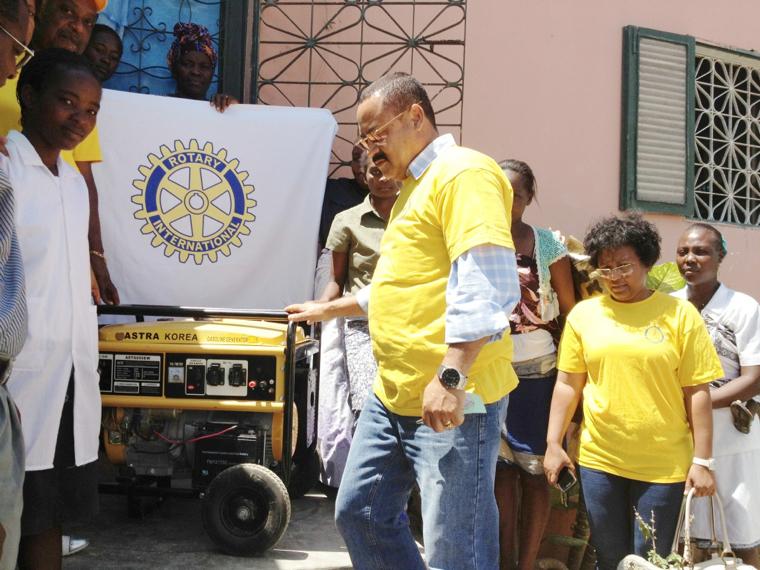 Oferta de Gerador ao centro de Alfabetizacao Joao Pequeno no Morro da Radio -Lobito