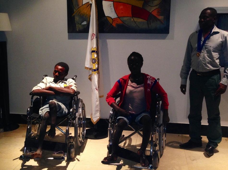 doacao de cadeiras de rodas a dois estudantes  do lobito