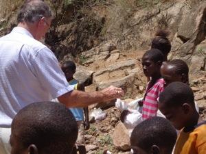 Governador do Distrito distribuindo brinquedos a criancas