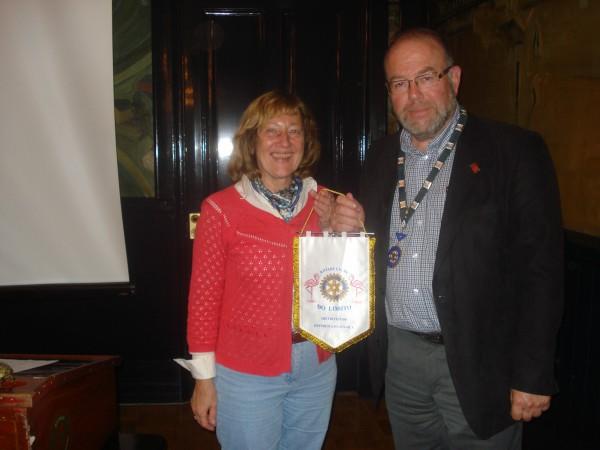 Entrega da nossa flamula a um dos Rotary Clubs da Suecia
