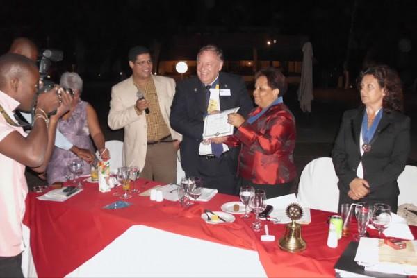 Governador do Distrito entrega da Carta Constitucional a Primeira Presidente do Clube