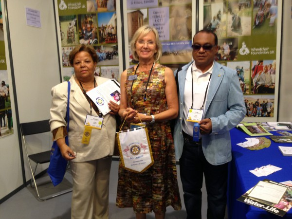 C. I. de Lisboa Entrega de flamula  a um dos Rotary Clube USA