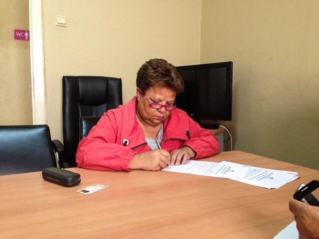 Filomena Quaresma assinando a Escritura Pública do clube